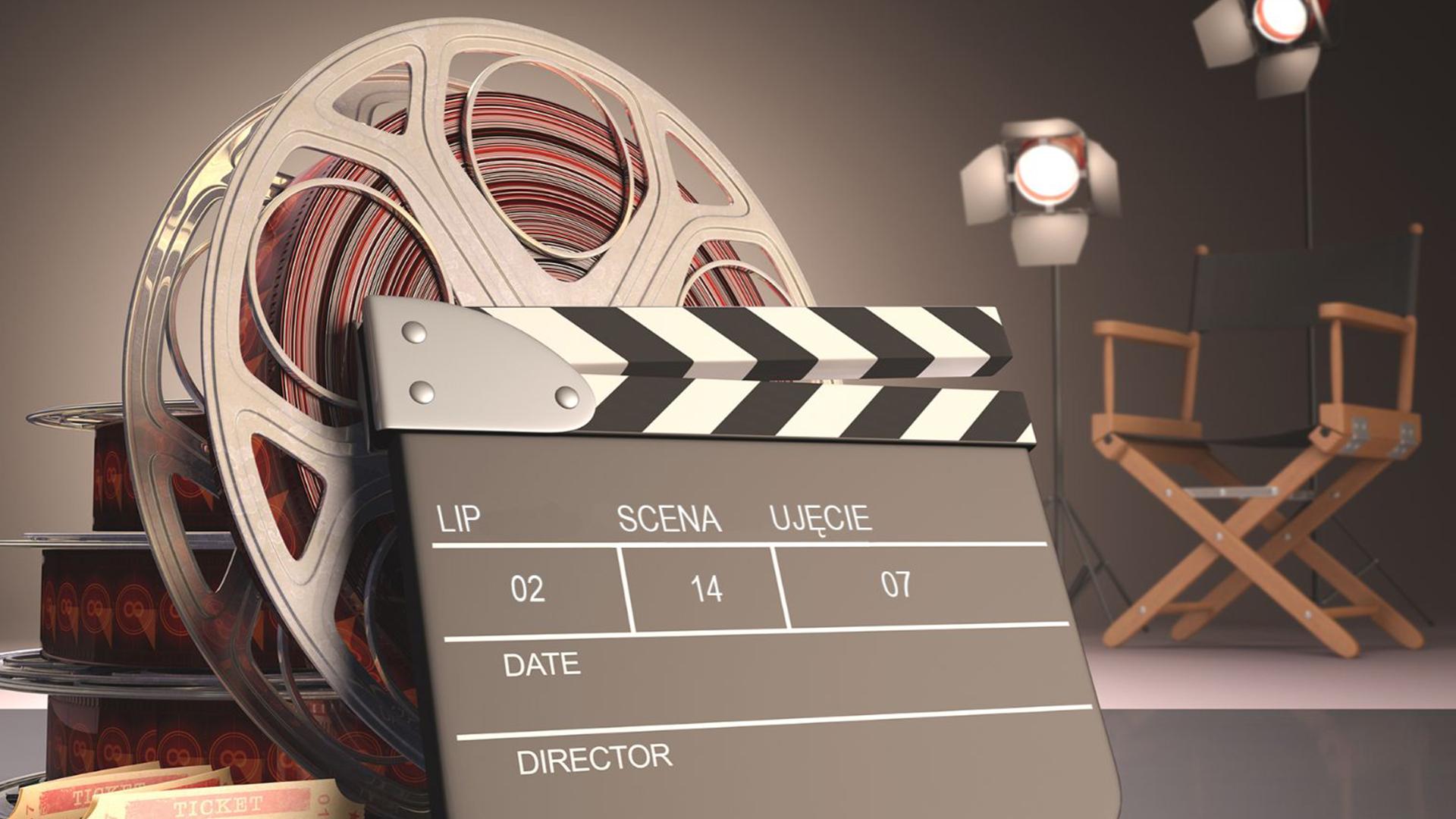 krzesło reżyserskie, taśma filmowa, klaps i oświetlenie do scenografii
